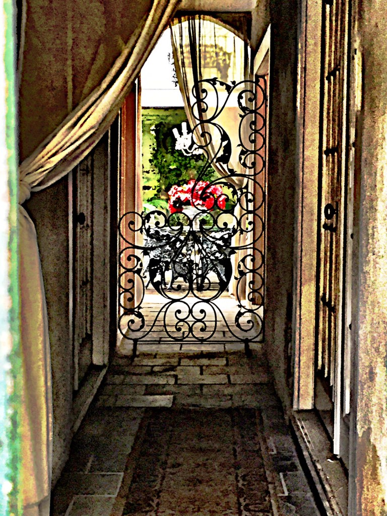 new-orleans-courtyard-writing-prompt